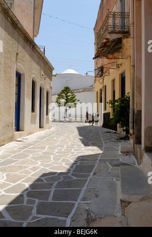 Une belle vue sur la ruelle au coeur du petit village historique de Halki. Halki, Tragaea, Naxos, Cyclades, Grèce, Banque D'Images