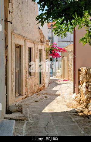 Une belle vue sur la ruelle étroite au coeur du petit village historique de Halki. Halki, Tragaea, Naxos, Cyclades, Banque D'Images