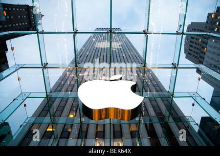 Vue à l'intérieur de l'Apple Store sur la 5e Avenue à New York City, NY USA Banque D'Images
