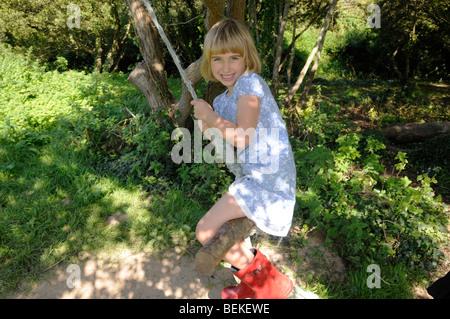 A 7 ans, fille d'humeur sur une corde Banque D'Images