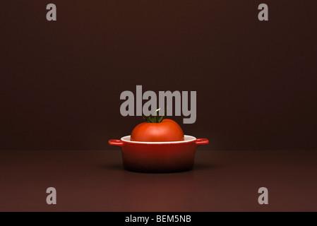 Concept de l'alimentation, la tomate fraîche en miniature pot Banque D'Images