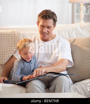 L'enseignement du père enfant à lire Banque D'Images