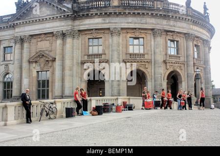 Les membres du groupe de percussions samba Rakatak effectuer en face de l'Bode-Museum, Berlin, Allemagne.