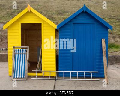 Deux cabines de plage un rouge et un jaune en cours de rénovation pour les prochaines années avant de se lancer Banque D'Images