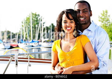 Jeune couple hugging and standing at harbour Banque D'Images