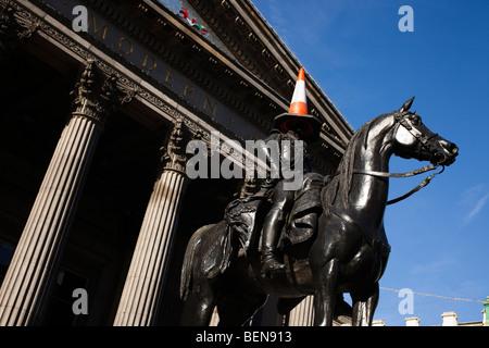 Statue du duc de Wellington, avec le parking traditionnel cône sur la tête, à l'extérieur de la galerie d'Art Moderne, Glasgow