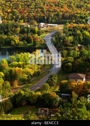 L'automne de l'antenne nature décor d'une route sinueuse traversant le lac des Baies. Dorset, Muskoka, Ontario, Banque D'Images