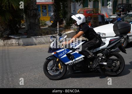 Agent de police sur Suzuki 1000 moto de police rapide police république de Chypre Banque D'Images