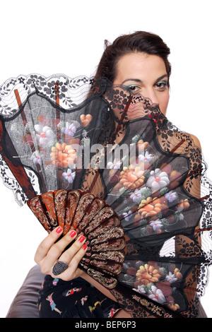 Une belle femme espagnole derrière ventilateur traditionnel Banque D'Images