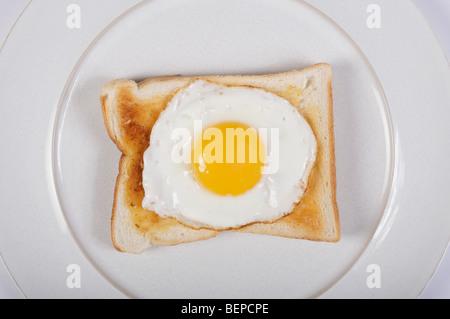 Œuf frit sur toast Banque D'Images