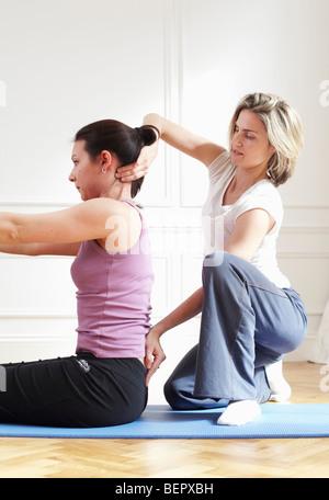 Femme demandant à un client. Pilates. Banque D'Images