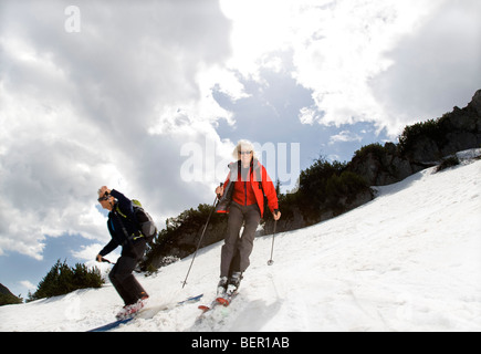 Couple le ski en montagne
