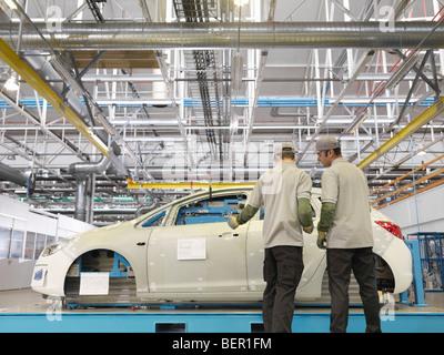 Les travailleurs de l'usine Shell à l'inspection de la voiture Banque D'Images