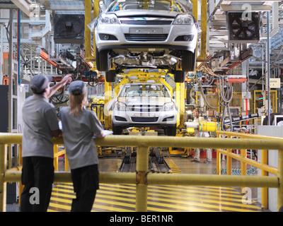 Les travailleurs de l'automobile Ligne de production de l'inspection Banque D'Images