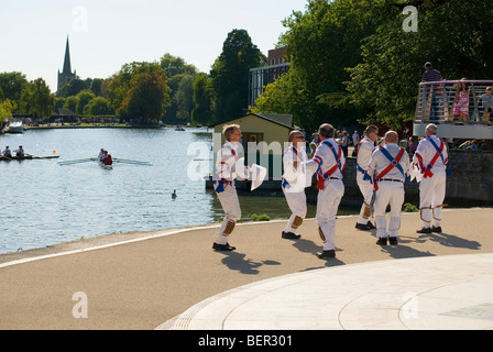 Twyford Morris Men dancing les pompiers à Bancroft Memorial Gardens Stratford-upon-Avon Banque D'Images