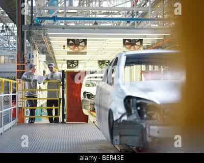 Location de travailleurs d'usine et Production Line Banque D'Images