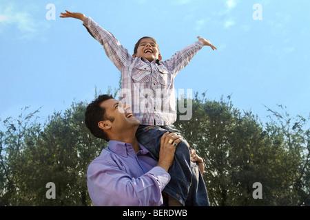 Père et fils s'amusant Banque D'Images