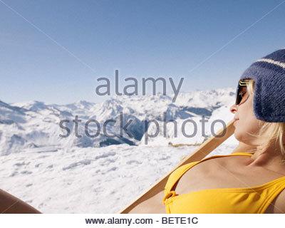 Woman in bikini sur sur une chaise Banque D'Images