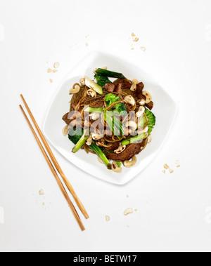 Sauté de poulet mariné, de cajou dans la pâte de tamarin, la sauce de soja, l'ail et le citron. Banque D'Images