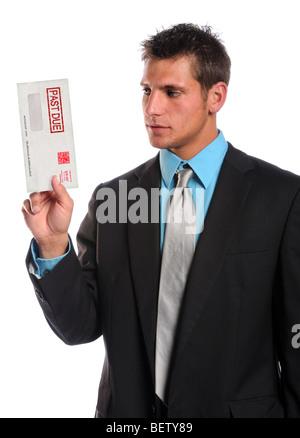 Businessman holding passé en raison isolé sur fond blanc enveloppe Banque D'Images