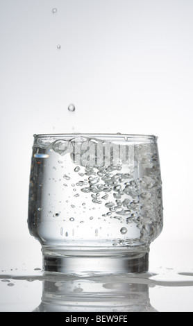 L'eau gazéifiée dans un verre, close-up Banque D'Images