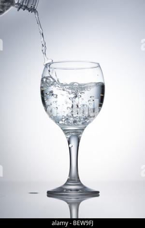 Verser dans de l'eau dans un verre, close-up Banque D'Images