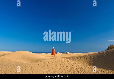 Femme debout sur une dune de sable, Maspalomas, Gran Canaria, Espagne, vue arrière Banque D'Images