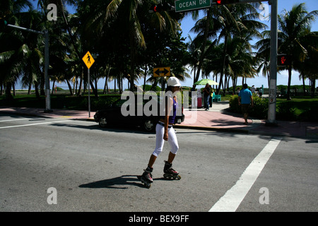 Rollerblader sur Ocean Drive, à South Beach, Miami Beach, Florida, USA Banque D'Images
