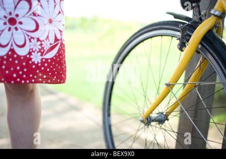Jeune femme avec le vélo Banque D'Images