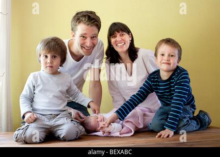 Famille avec trois enfants Banque D'Images