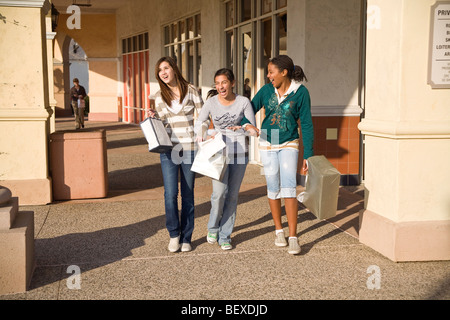 Les filles de l'adolescence à 16 ans vieux hanging out in outdoor shopping mall amis ami trottoir marche MR ©Pearson Myrleen Banque D'Images
