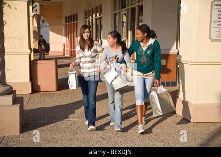 Jeune gens Teens hanging out Ethnic divers groupe d'adolescentes girl shopping mall à l'extérieur en amis parler marcher trottoir © Myrleen Pearson Banque D'Images