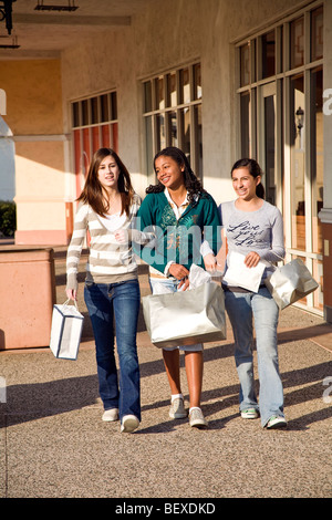 Californie Adolescence hanging out groupe diversifié de multi ethnic teenage girls walking trottoir parler shopping Banque D'Images