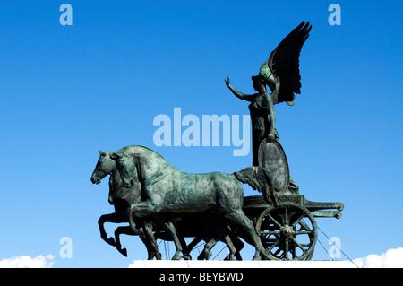 Statue de la déesse Victoria équitation sur quadriga sur le haut du monument de Vittorio Emanuele II, Rome, Italie Banque D'Images