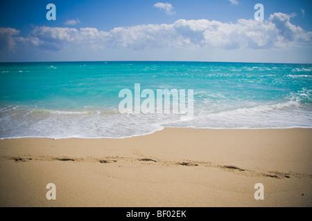 Des empreintes de pas dans le sable et l'océan bleu à Miami Beach. South Beach Miami Florida USA Banque D'Images