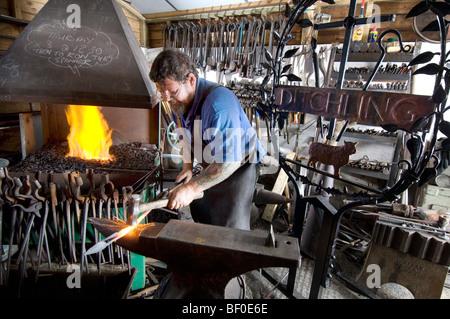 Un forgeron de village de créer un nouveau signe pour Genève à Sussex Banque D'Images