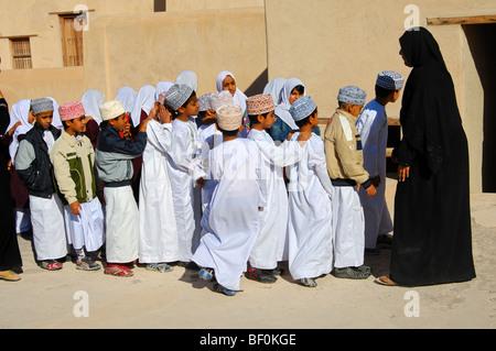 Enseignante d'une classe de l'école mixte garçons et filles vivant à une excursion dans le château de Nizwa, Sultanat Banque D'Images