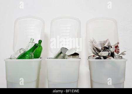 Trois bacs de recyclage Banque D'Images