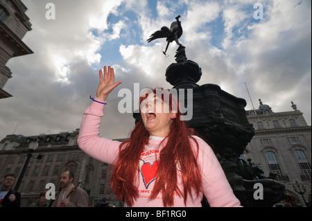 Récupérer l'amour Parti Valentines à Piccadilly Circus, célèbre l'amour contre le consumérisme. Vénus et Eros Banque D'Images