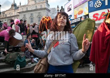 Récupérer l'amour Parti Valentines à Piccadilly Circus, célèbre l'amour contre le consumérisme. Dancing Fairy Banque D'Images