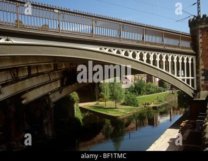 Royaume-uni, Angleterre, Manchester, Castlefields, pont de chemin de fer 94b sur la rivière Medlock
