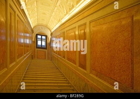 Escalier désertes à la villa Farnesina, Rome, Italie, Europe Banque D'Images