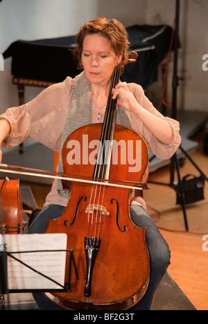 La Norvège église Selbu Trondheimsolistene musicien violoncelliste orchestre de chambre Banque D'Images