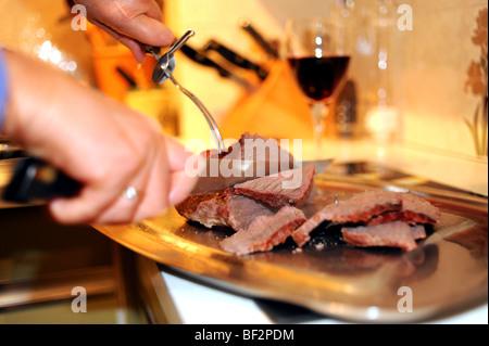 Rôti de bœuf étant commune pour sculpté le dimanche midi avec un couteau Banque D'Images