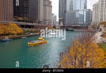 Chicago, Illinois - bateaux d'excursion sur la rivière Chicago. Banque D'Images