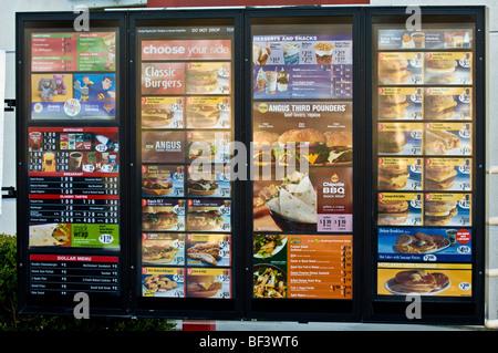 En voiture par l'intermédiaire de menu à un fast-food. (McDonald's) Banque D'Images