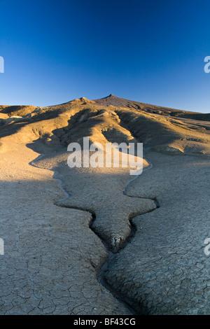 Les fissures et les lignes dans la boue - volcans de boue Réservation, Roumanie Banque D'Images