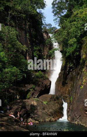 La province de Trat, Thaïlande, Koh Chang; cascade de Khlong Phlu Banque D'Images