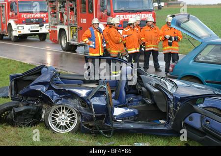 L'épave d'une BMW série 3 à la suite d'un accident mortel de la circulation sur la route B295 entre Leonberg et Banque D'Images