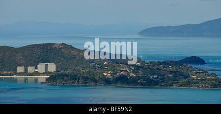 Vue aérienne de Hamilton Island resort, Whitsunday Islands National Park, Queensland, Australie Banque D'Images